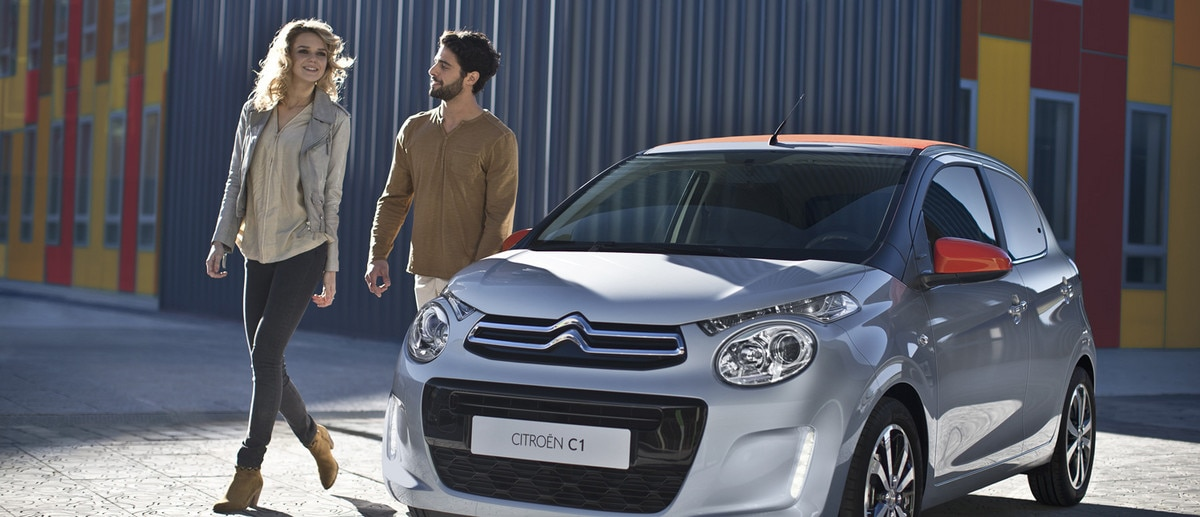 La citroen C1 grise et rouge en ville red city